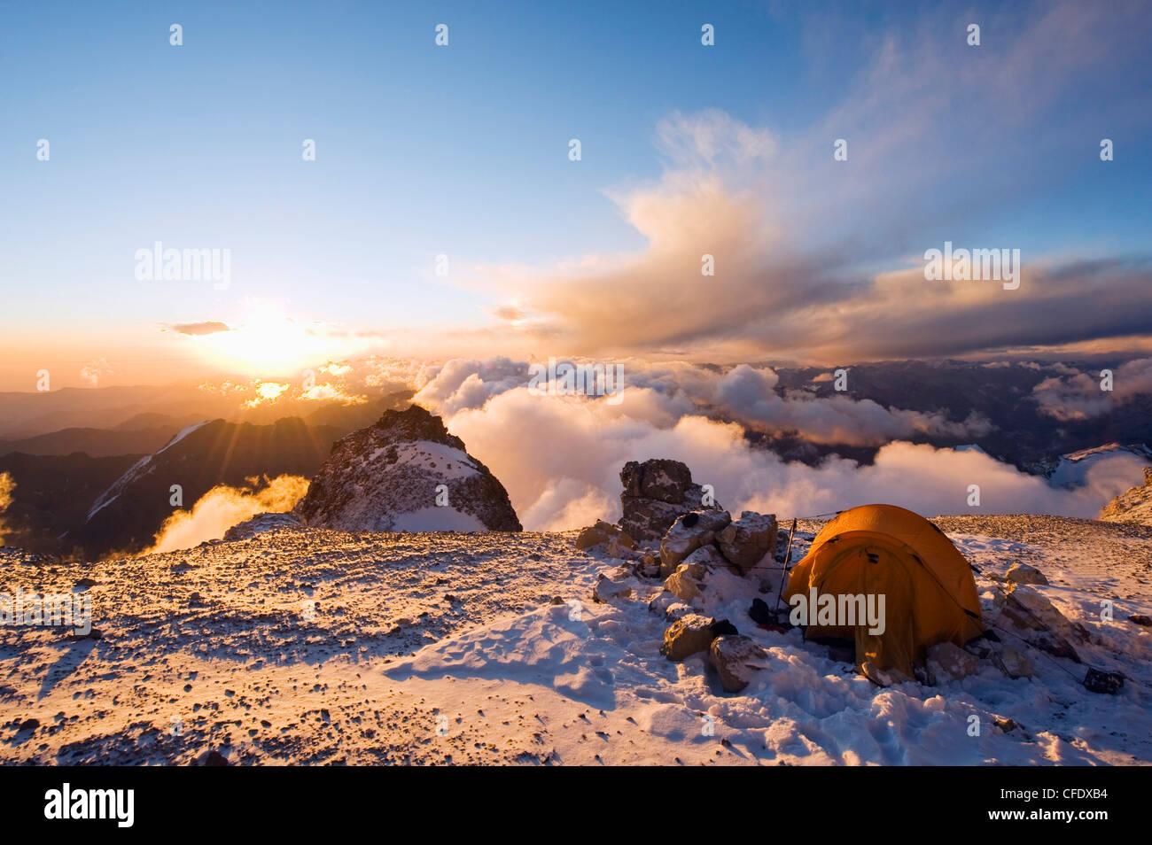 Tramonto a rocce bianche (PIEDRAS BLANCAS) Campeggio Parco Aconcagua, montagne delle Ande, Argentina Immagini Stock