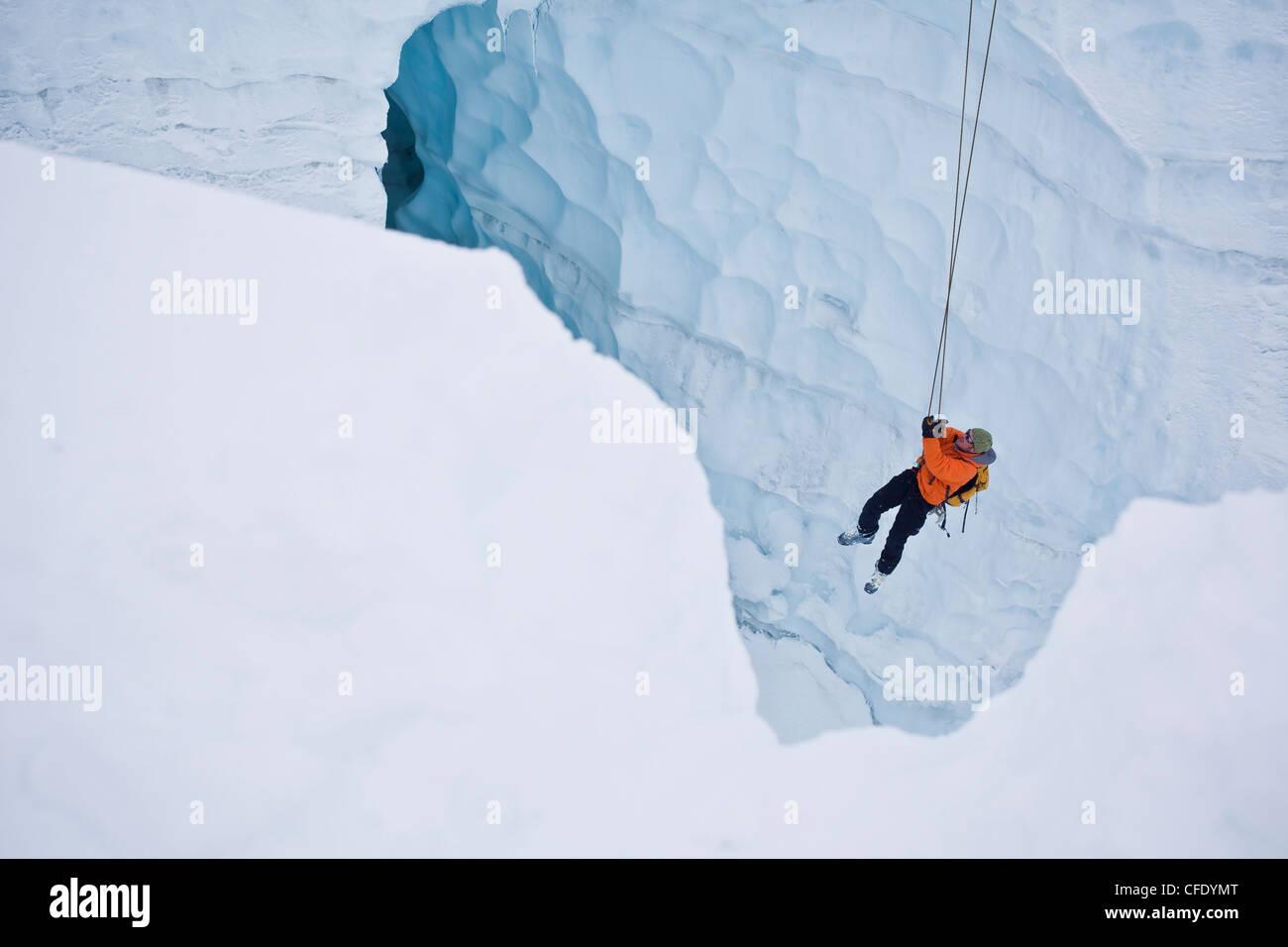 Due uomini pratica crepaccio competenze di soccorso mentre su uno sci alpinismo corso, caduta di ghiaccio Lodge, Immagini Stock