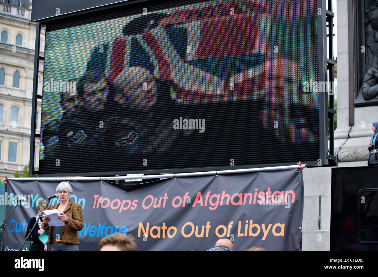 Carol Turner, membro del CND e fermare la guerra di coalizione, parla al 8 ottobre 2011 Antiwar Gruppo di massa Immagini Stock