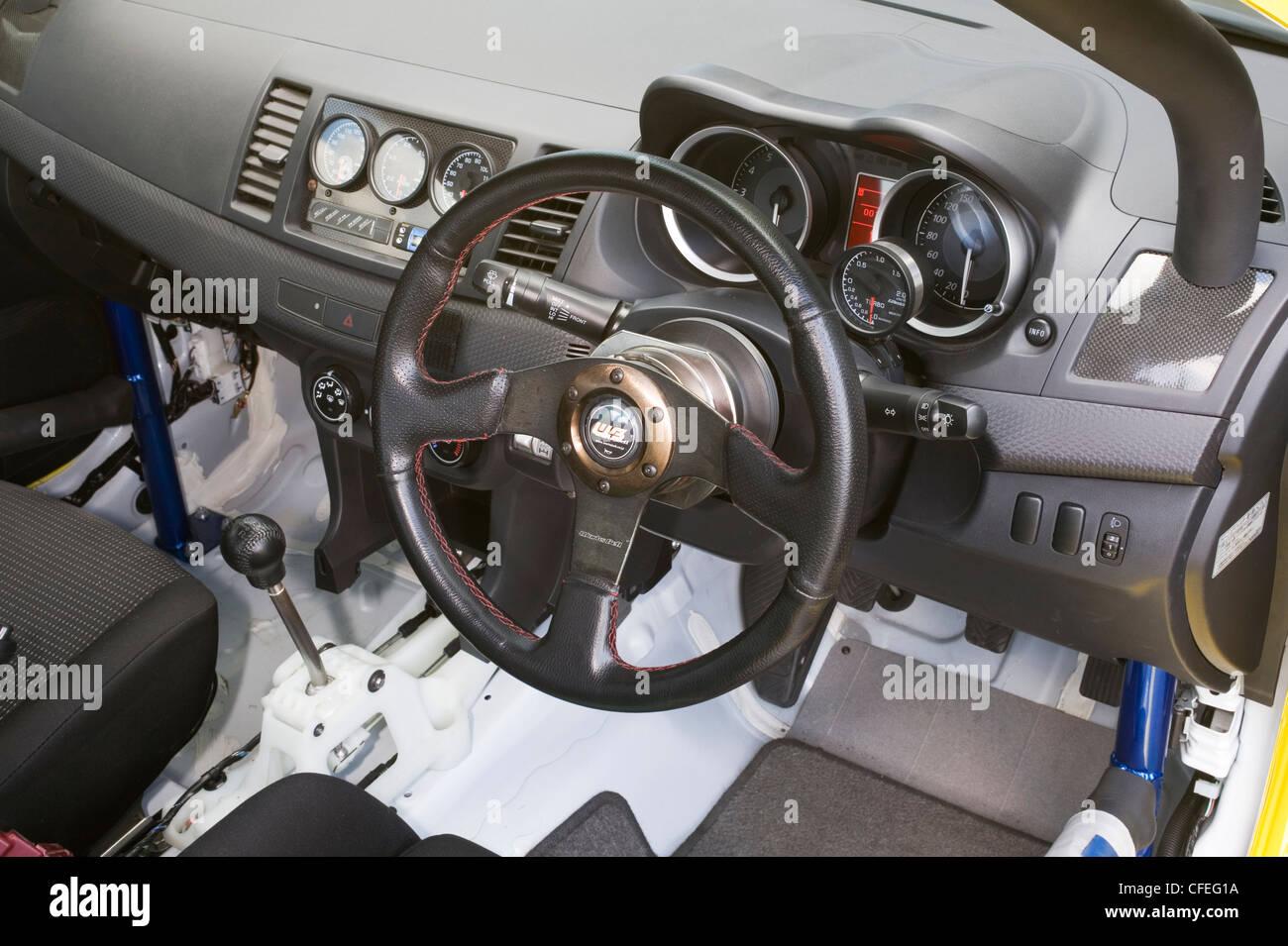 Il volante e il cruscotto area del cruscotto con tachimetro tachimetro e tachimetro tachimetro in un giapponese Immagini Stock