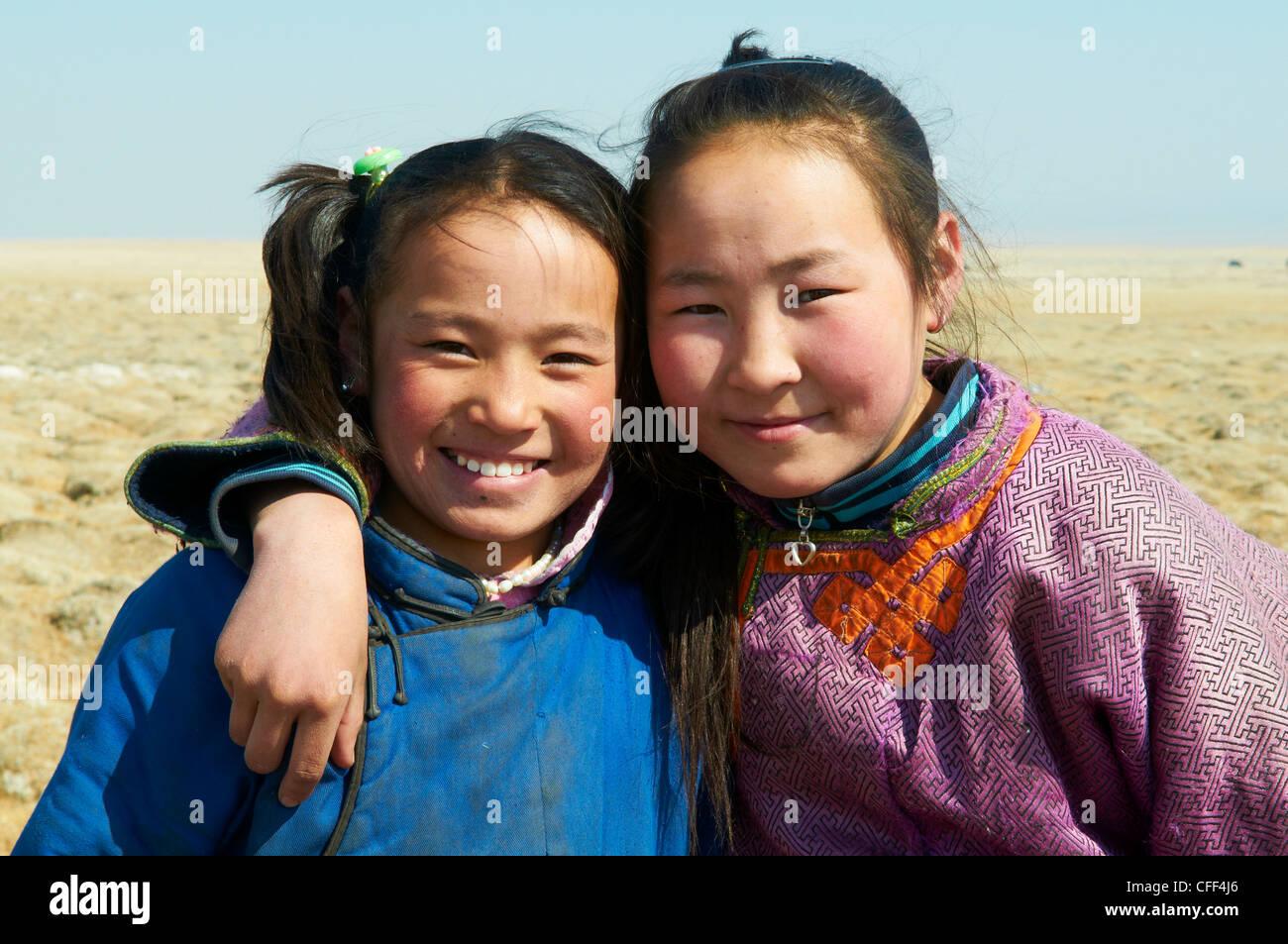 Giovani ragazze mongola in costume tradizionale (deel), Provincia di Khovd, Mongolia, Asia Centrale, Asia Immagini Stock