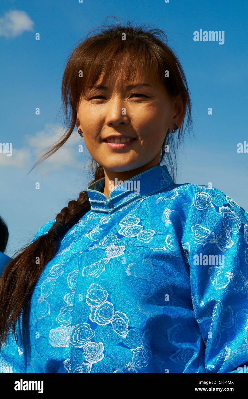 Giovane donna mongola in costume tradizionale (deel), Provincia di Khovd, Mongolia, Asia Centrale, Asia Immagini Stock