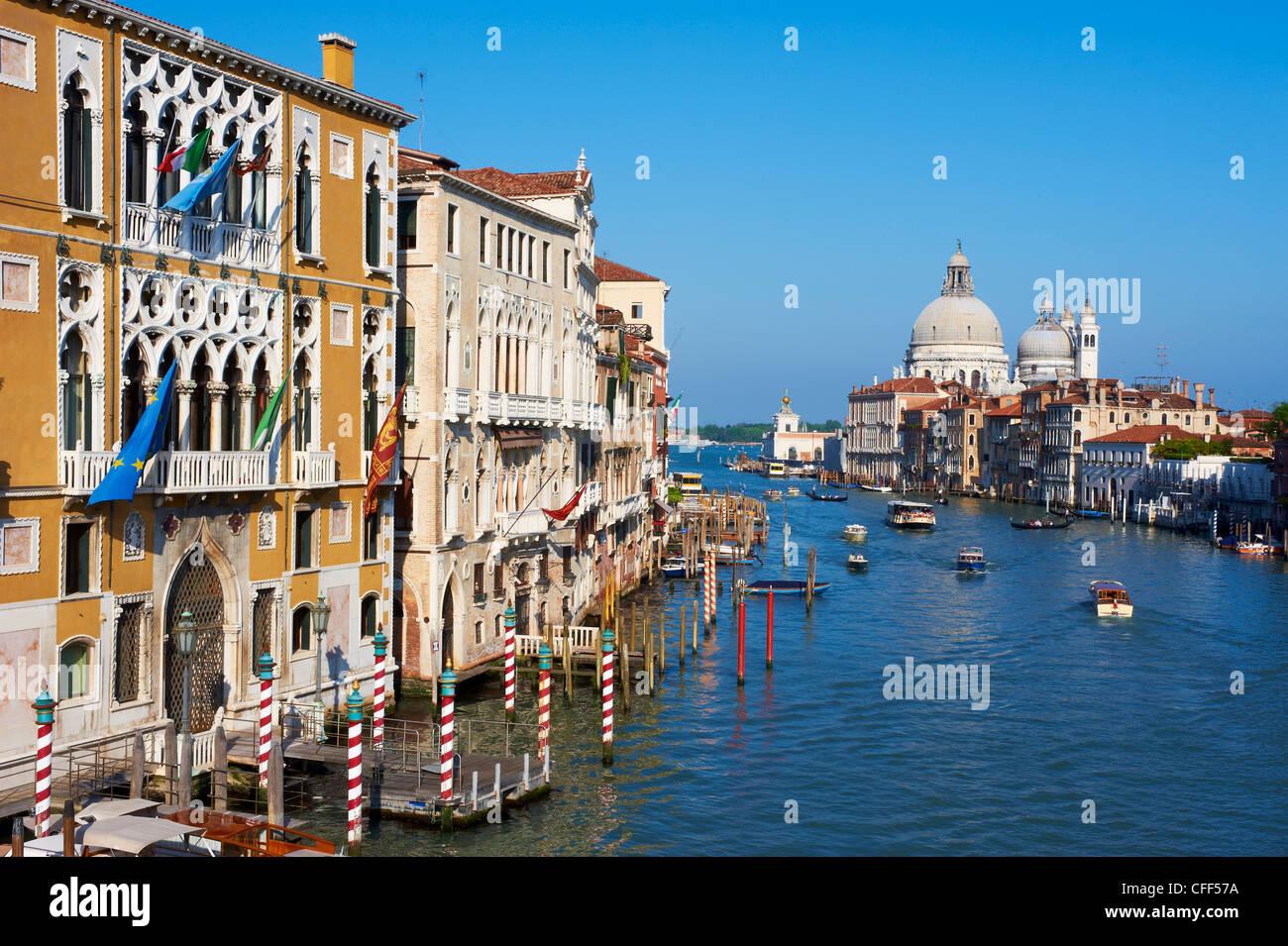 Il Canal Grande e la chiesa di Santa Maria della Salute in distanza, Venezia, Veneto, Italia Immagini Stock
