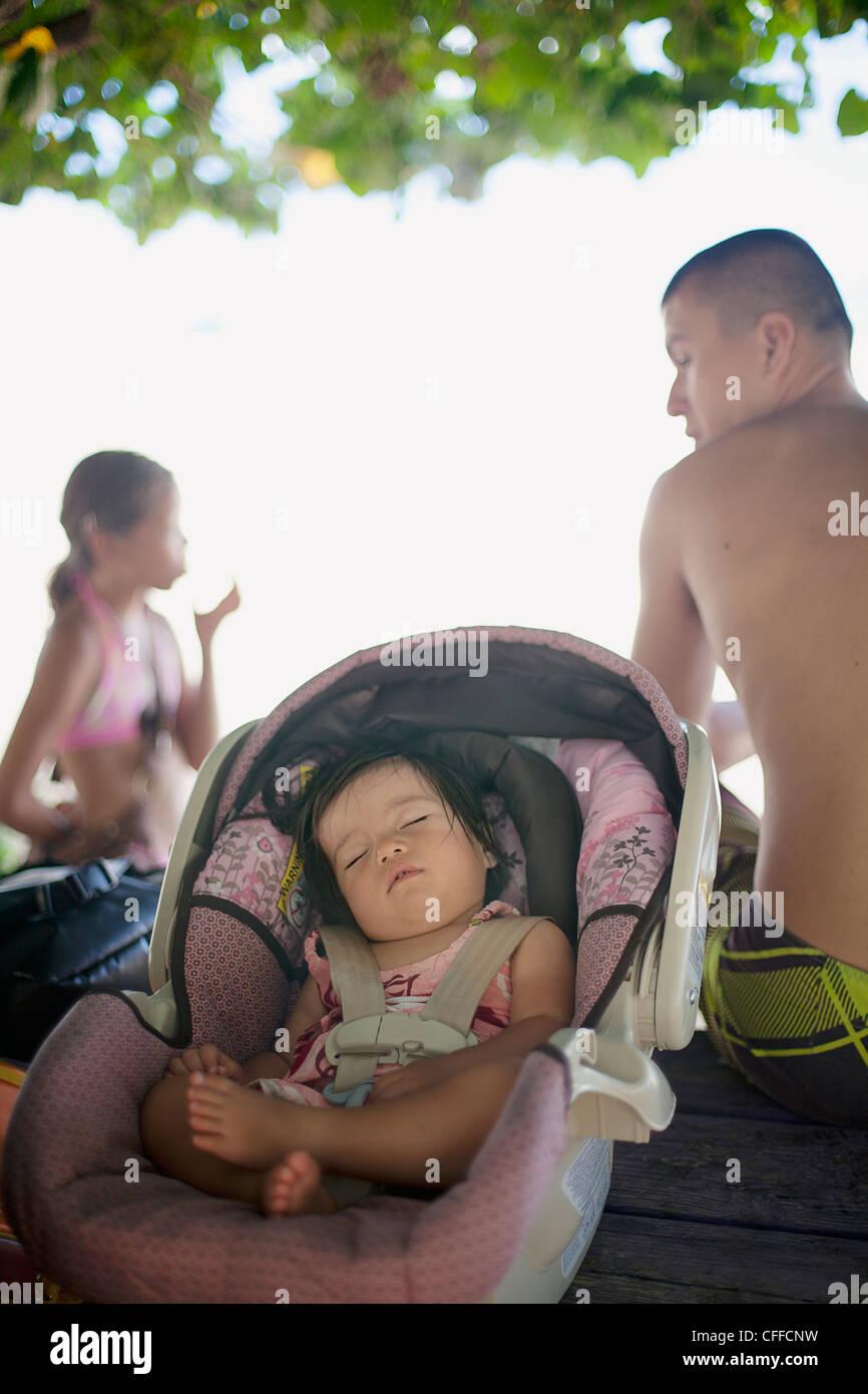 Un bambino napping in ombra in Makaha, Hawaii. Immagini Stock