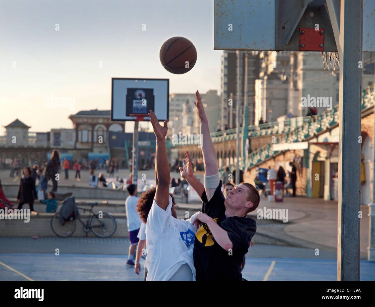 La pallacanestro sul lungomare di Brighton corte Immagini Stock