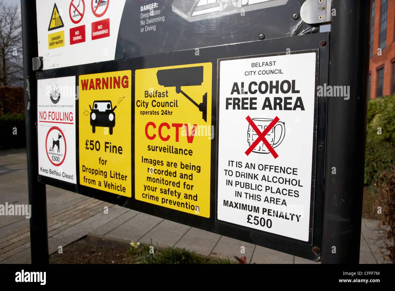 Molti avviso pubblico per lo statuto e la salute e gli avvisi di sicurezza su un segno nel Regno Unito Immagini Stock