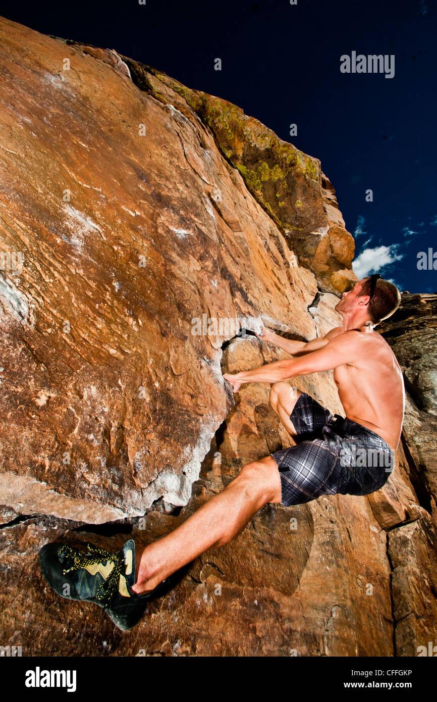 Scalatore rock climbing la prua al Parco rotante adiacente al serbatoio Horsetooth in Fort Collins, Colorado, STATI Immagini Stock