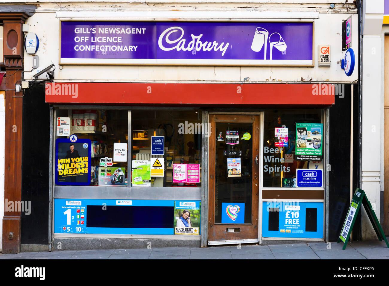 Edicola di giornali locali e licenza off, Nottingham, Inghilterra, Regno Unito Immagini Stock