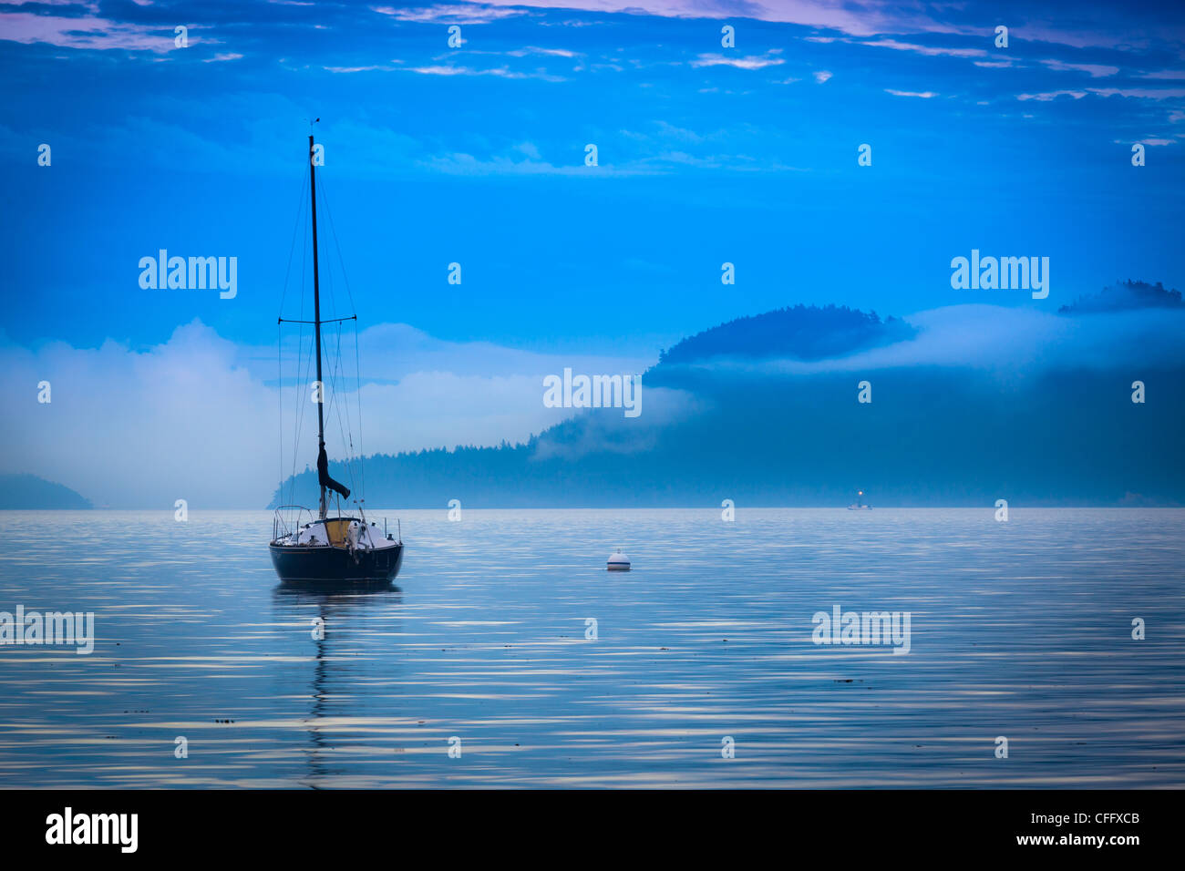 Barca a vela off shore di Orcas Island in San Juan Islands nello stato di Washington Immagini Stock