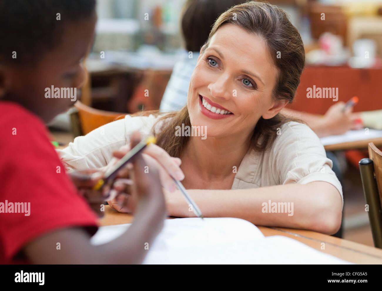 Maestro sorridente a parlare con uno dei suoi studenti Immagini Stock