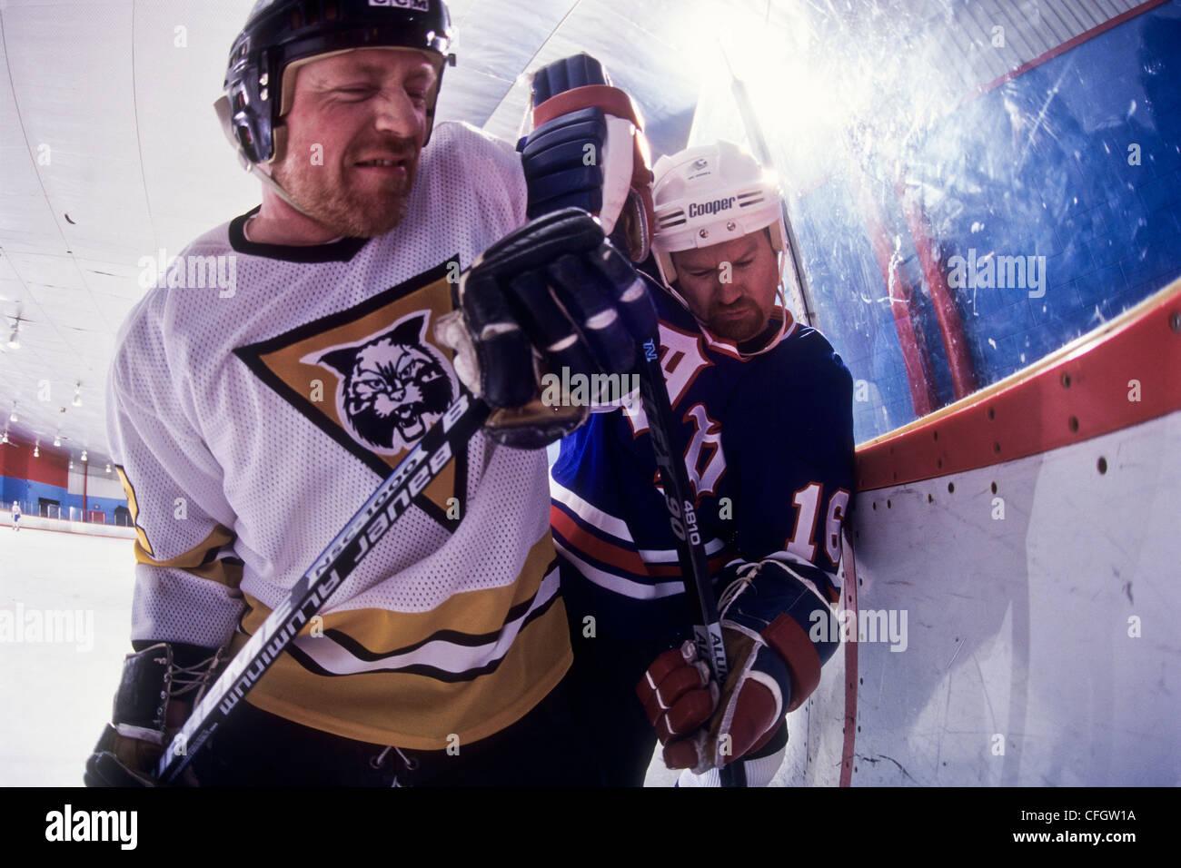 Giocatori di hockey su ghiaccio del controllo. Immagini Stock
