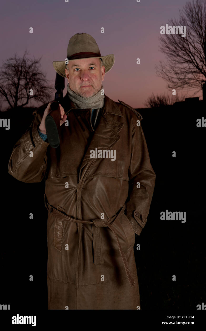 timeless design 4da6a 08468 L'uomo con il cappello da cowboy, lungo cappotto di pelle e ...