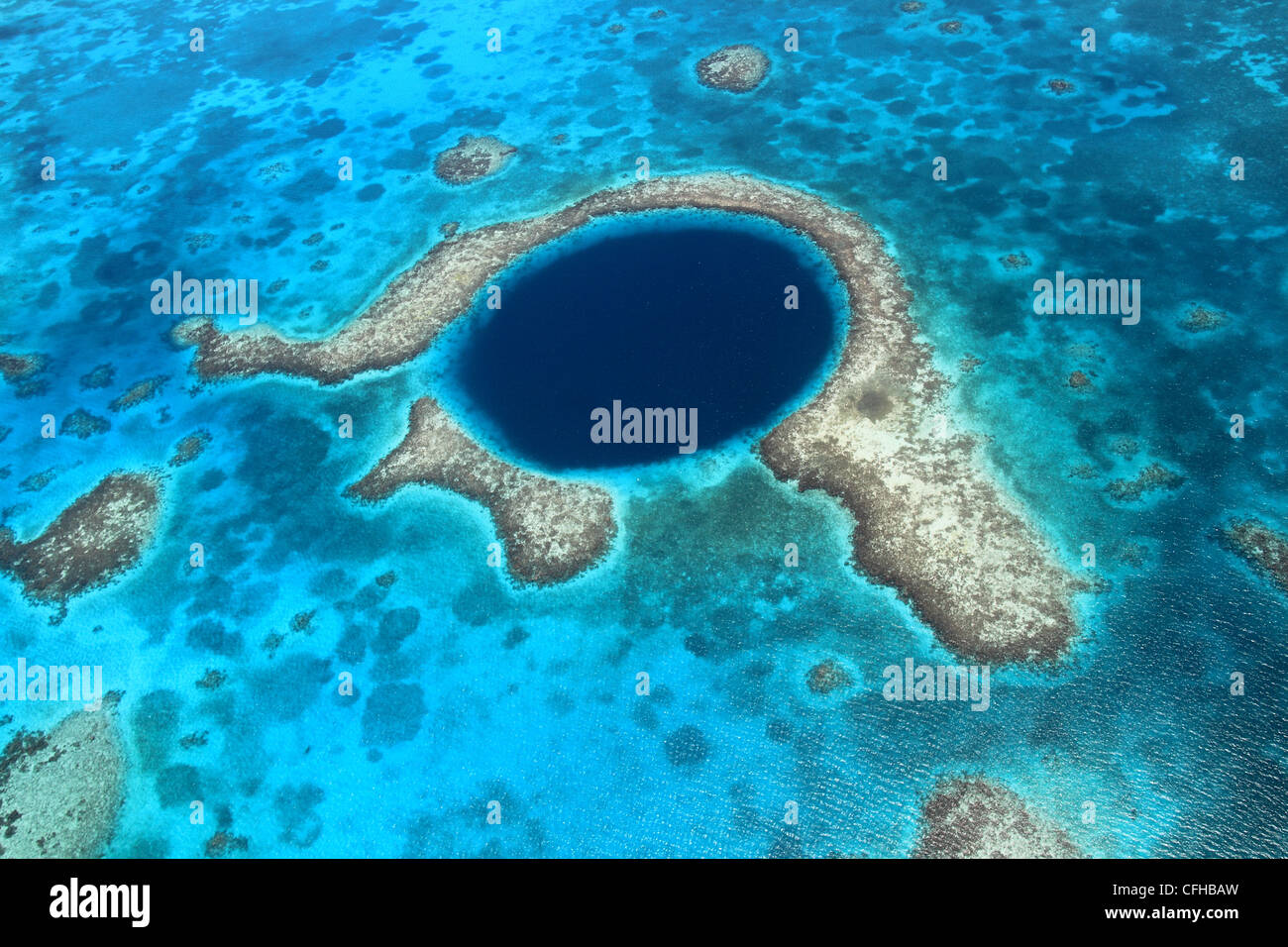 Great Blue Hole, un crollato grotta sottomarina sistema, Lighthouse Reef, il Belize Barrier Reef, Belize, dei Caraibi Immagini Stock