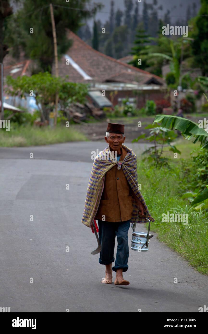 Lavoratore locale con abiti tradizionali in un villaggio di Java