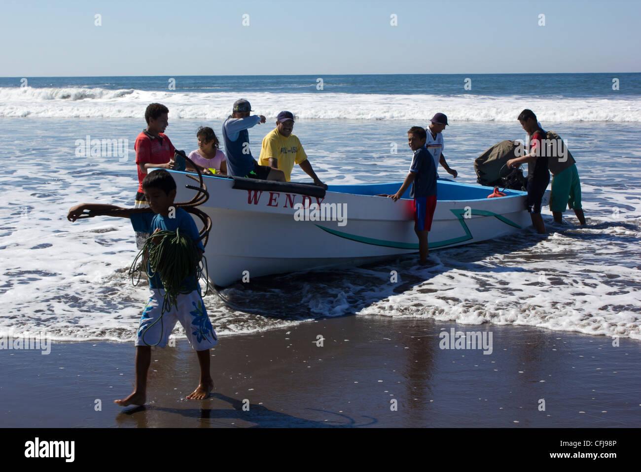 Canoa appena ottenere fuori dell'oceano Immagini Stock