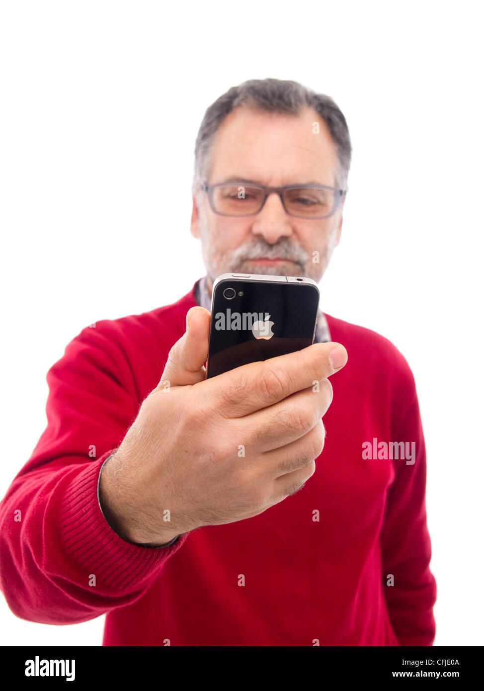 Uomo Di Mezza Età Tenendo Iphone Isolati Su Sfondo Bianco Foto