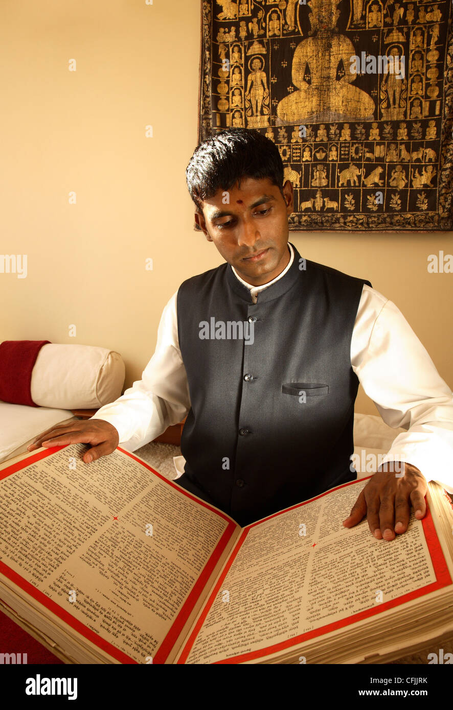 L'uomo la lettura di testi vedica, Tehri-Garhwal, Uttaranchal, India, Asia Immagini Stock