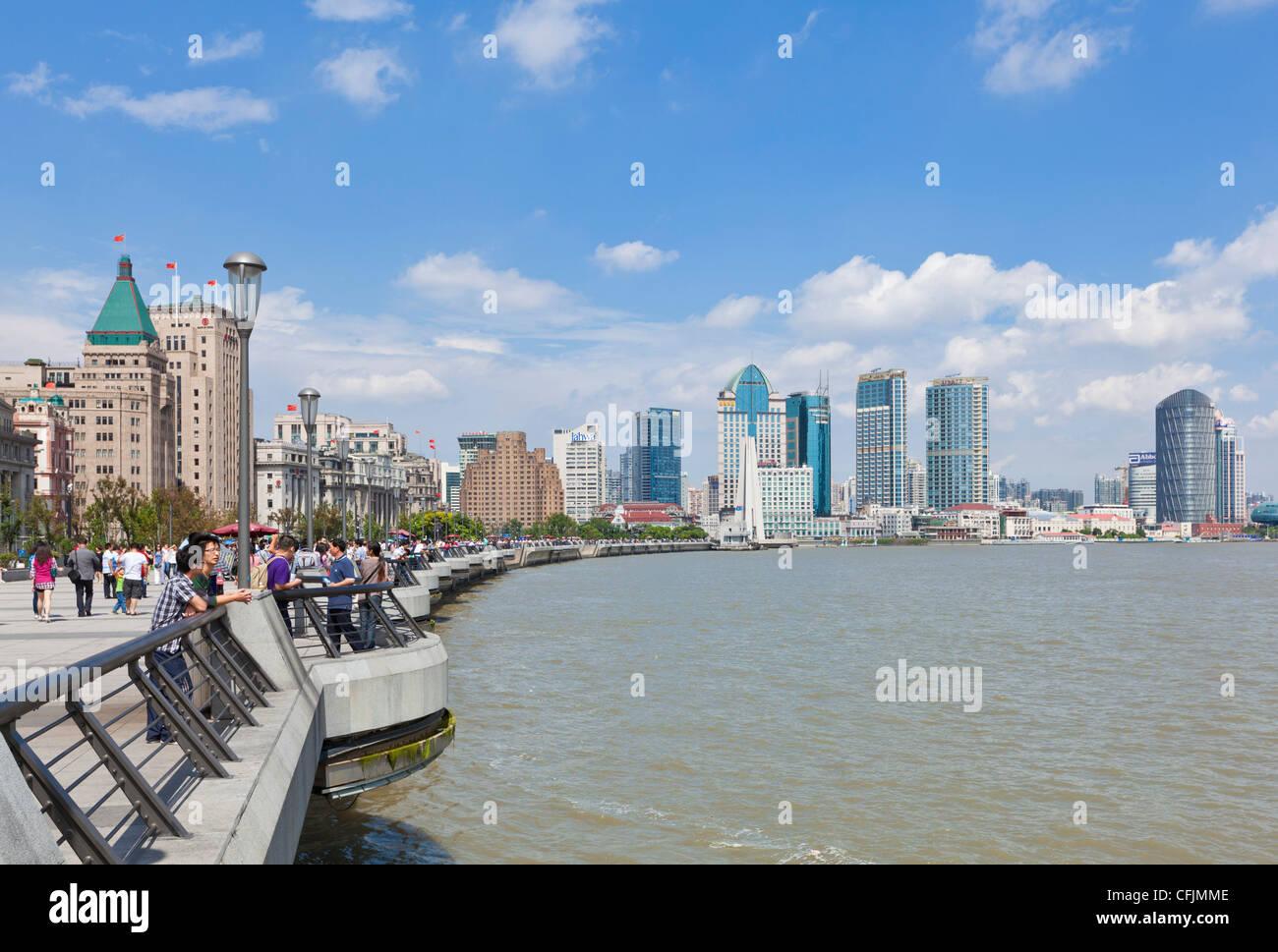 Il Bund gli edifici coloniali e sullo skyline, Fiume Huangpu, Shanghai, Cina e Asia Immagini Stock