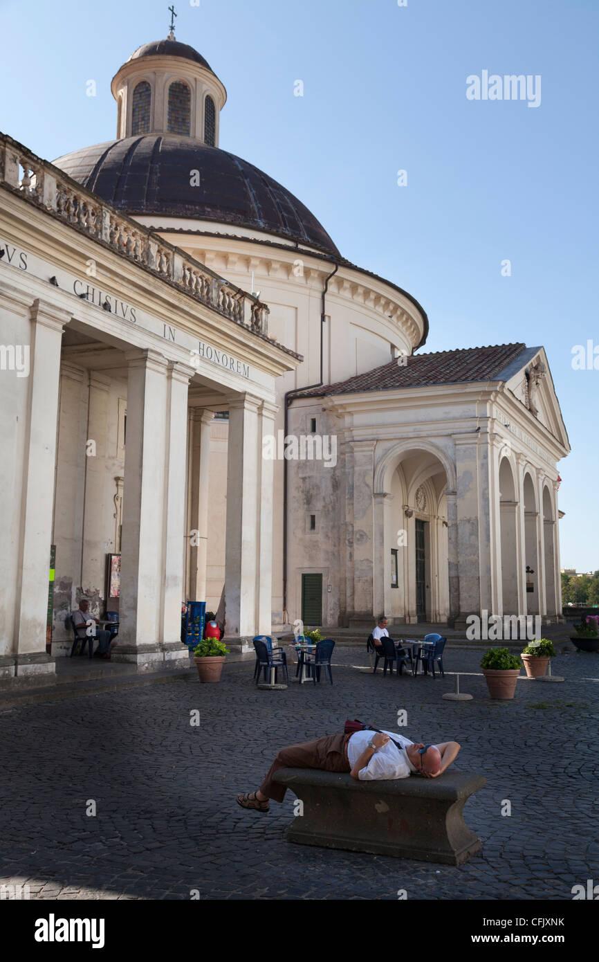 Tourist giacente sul retro looging fino a Santa Maria Assunta in Cielo la chiesa di Ariccia Immagini Stock