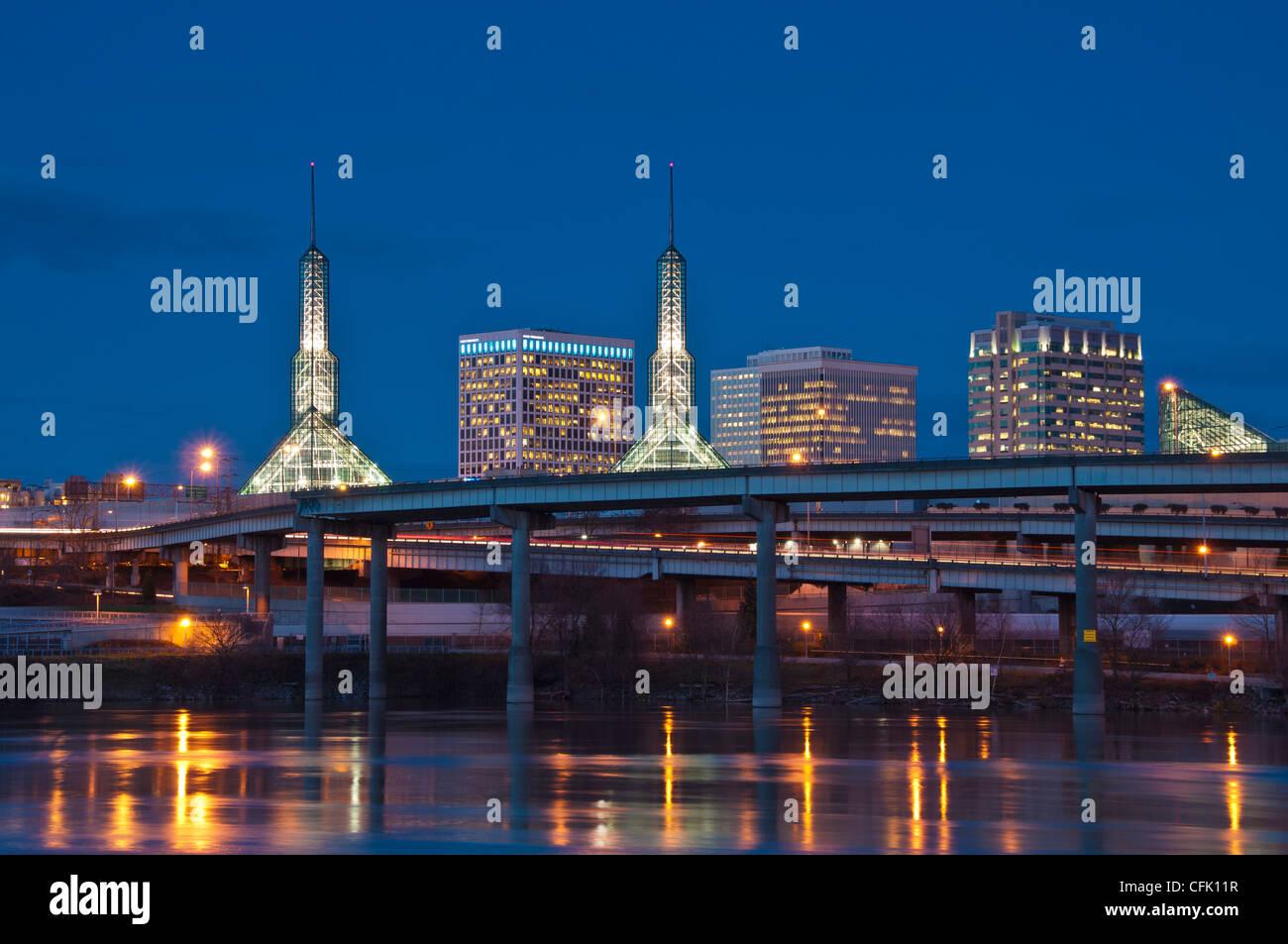 Convention Center, I-5 freeway e Willamette fiume al tramonto, Portland, Oregon. Immagini Stock