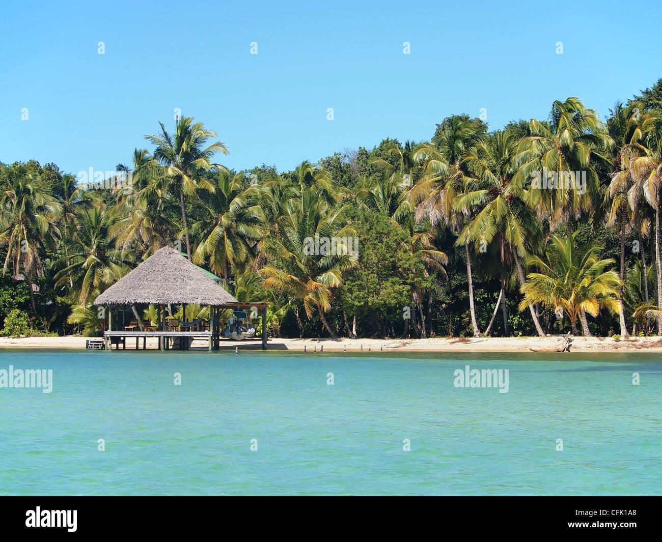 Spiaggia tropicale con tetto di paglia hut, America centrale e di Panama Immagini Stock