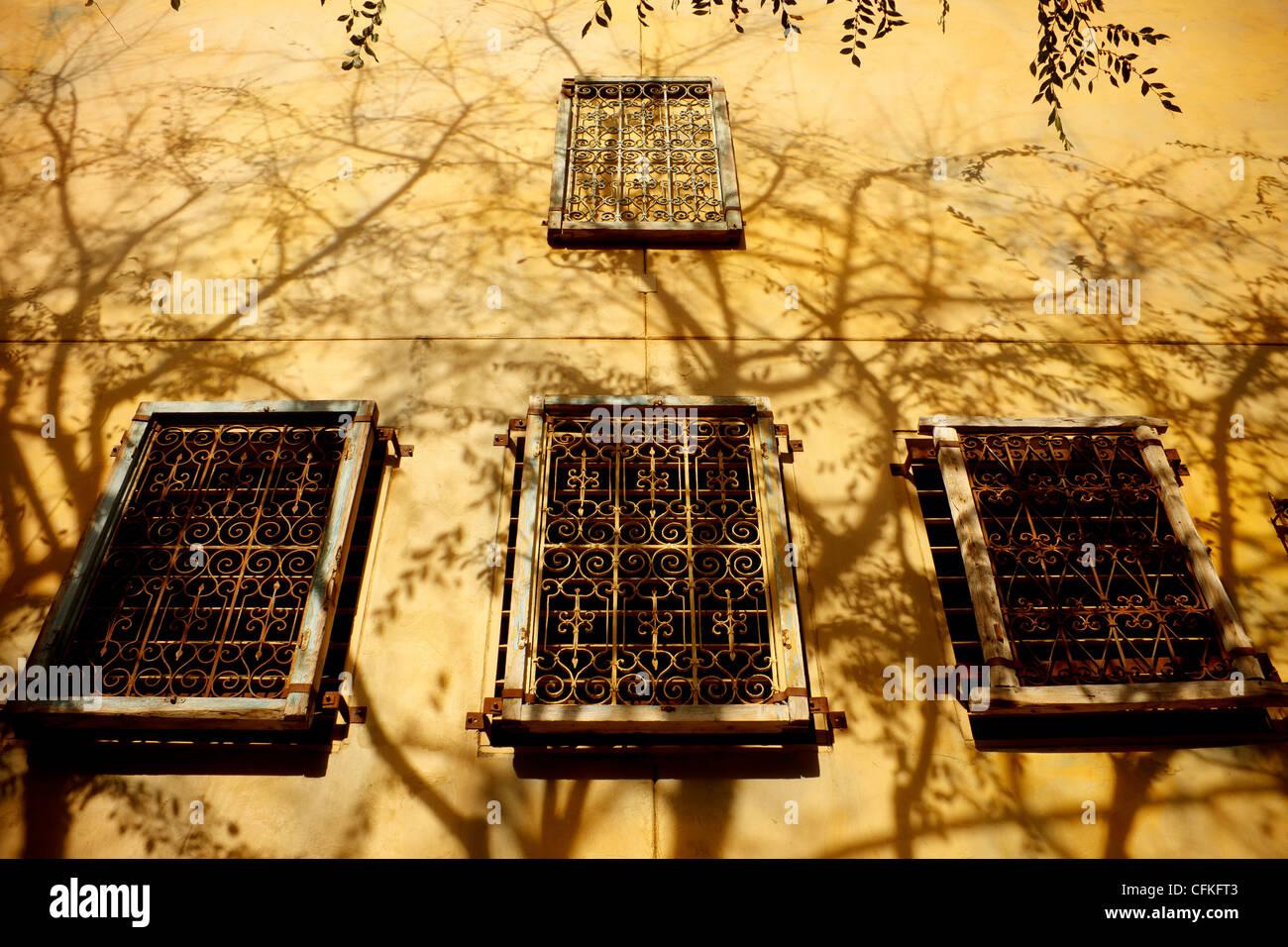 Letti In Ferro Vintage : Parete vintage con quattro letti in ferro battuto con windows e