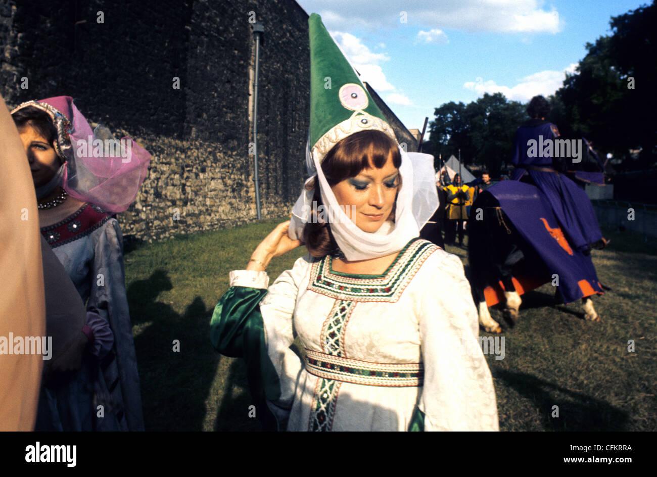 Una fiera fanciulla in costume in una giostra evento presso la Torre di Londra REGNO UNITO Immagini Stock