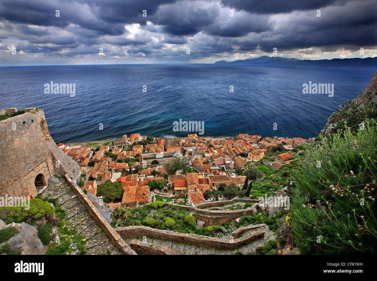 Il medievale 'castletown' di Monemvasia (o Malvasia'), in Laconia Prefettura, Peloponneso, Grecia Immagini Stock