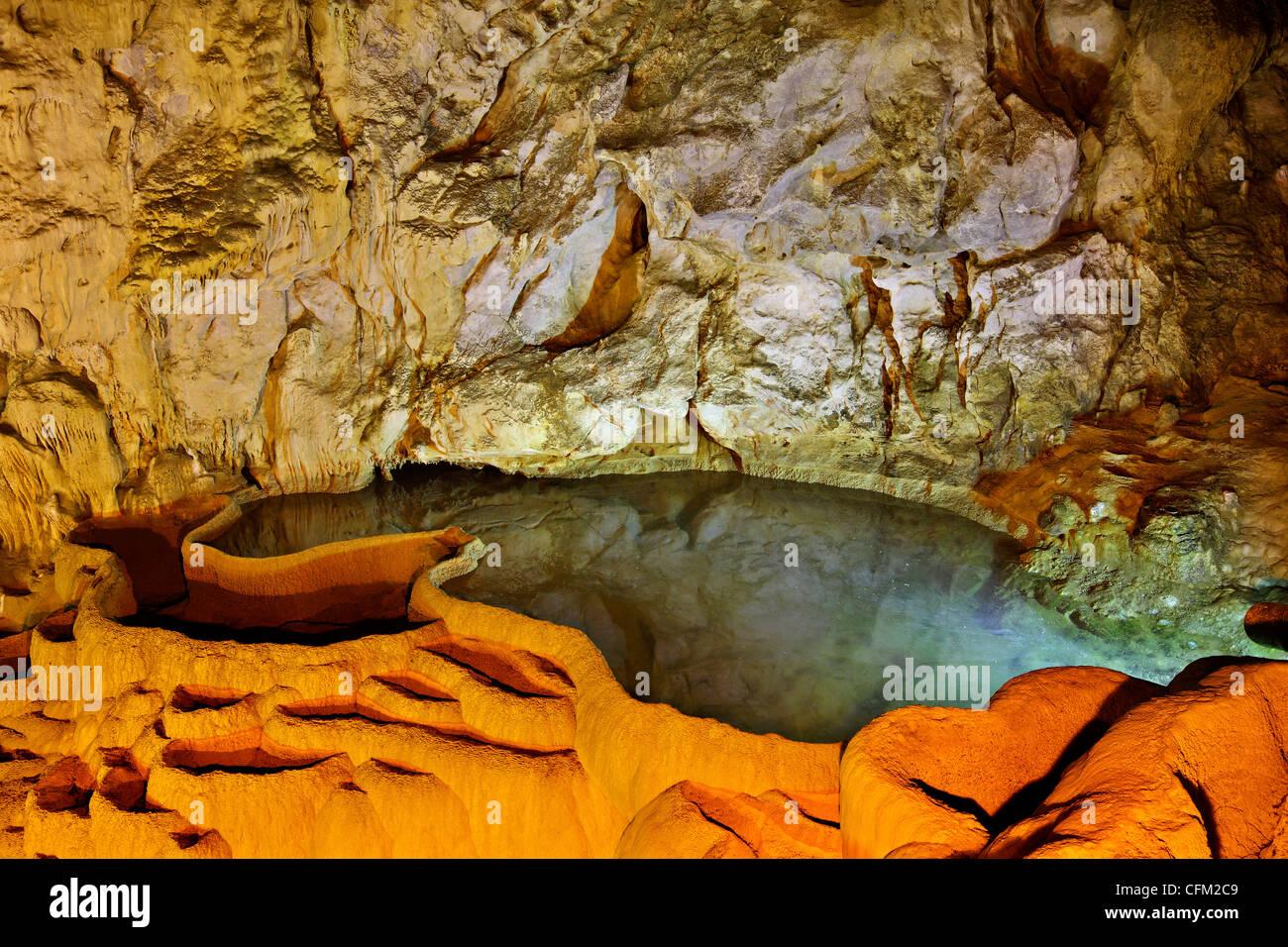 """La """"Grotta dei Laghi' ('Spileo Limnon') vicino alla città di Kalavryta, montane Achaia, Peloponneso, Immagini Stock"""