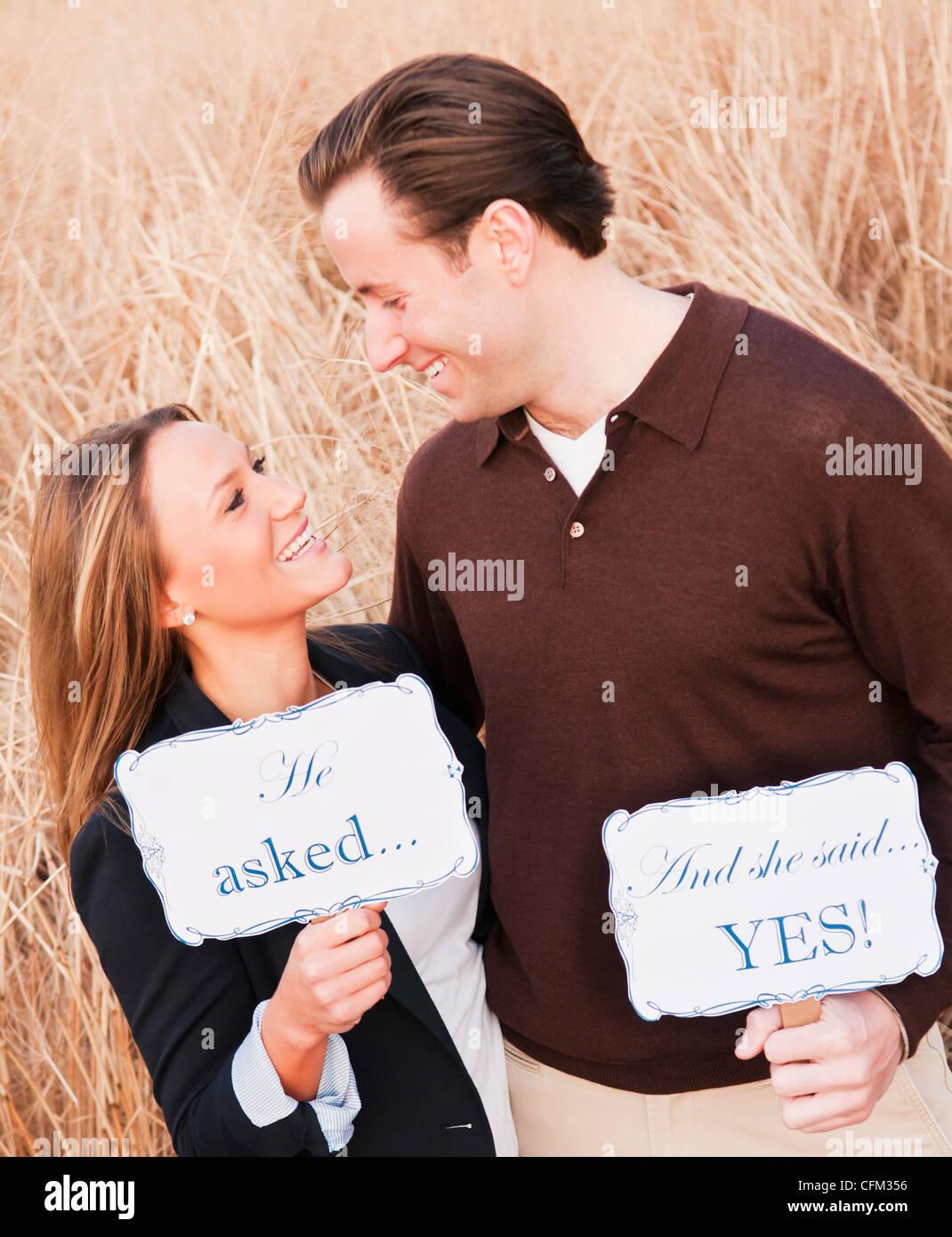 Stati Uniti d'America, New York, città di Long Island, coppia giovane flirtare sul campo di grano Immagini Stock