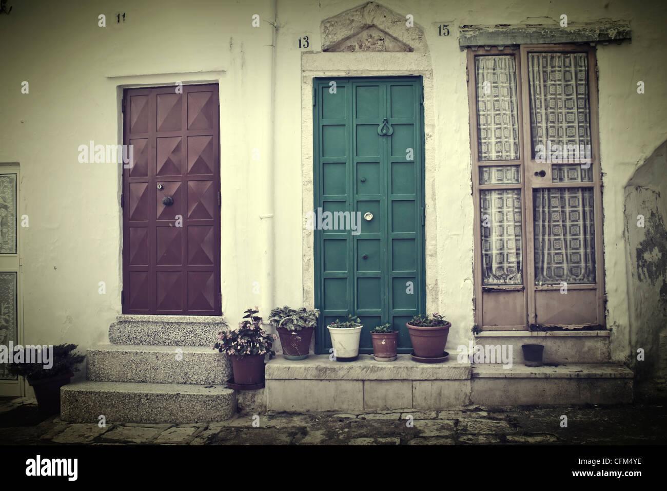 Tre porte con vasi di fiori in un vecchio case italiane la linea Immagini Stock