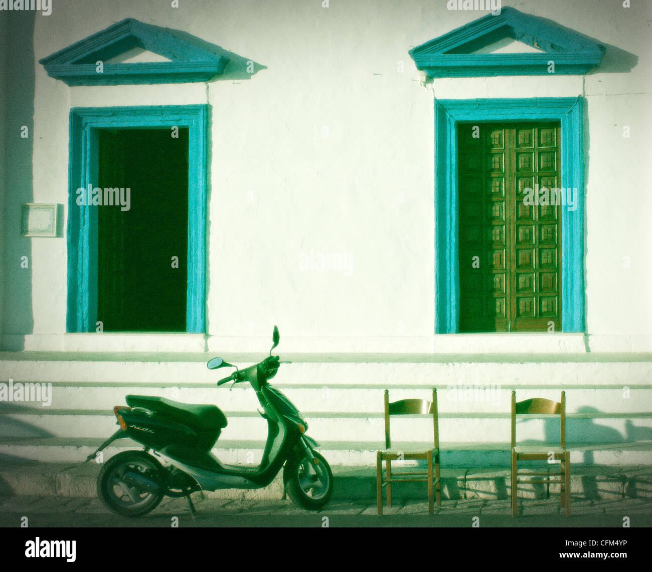 Due porte, due sedie, uno scooter a motore Immagini Stock