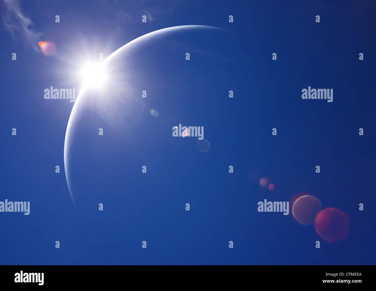 Parziale eclissi solare con cielo blu e lens flare (arte digitale) Immagini Stock