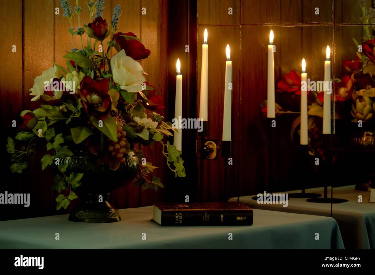 Un bel bouquet con tre candelabri e la sacra bibbia riflettendo a