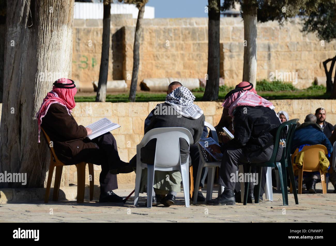 Religiosi islamici discussione sulla cima del Monte del Tempio nella città vecchia di Gerusalemme, Israele. Immagini Stock