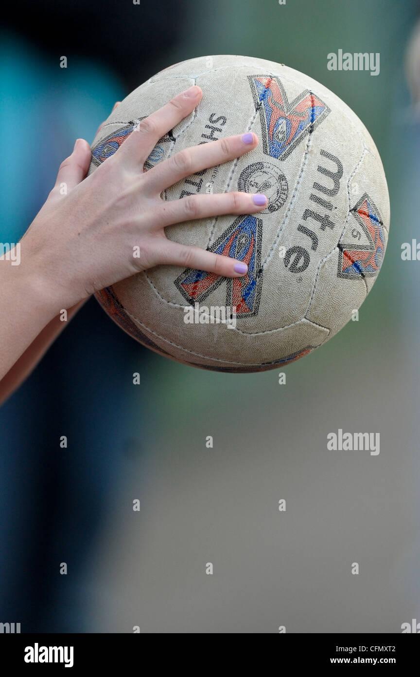 I giovani prendere parte in una scuola nella contea di netball concorrenza foto da Alan Edwards Immagini Stock