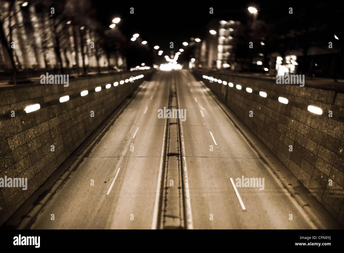 Prinzregentenstrasse di notte con inclinazione in maiuscolo la lente Immagini Stock