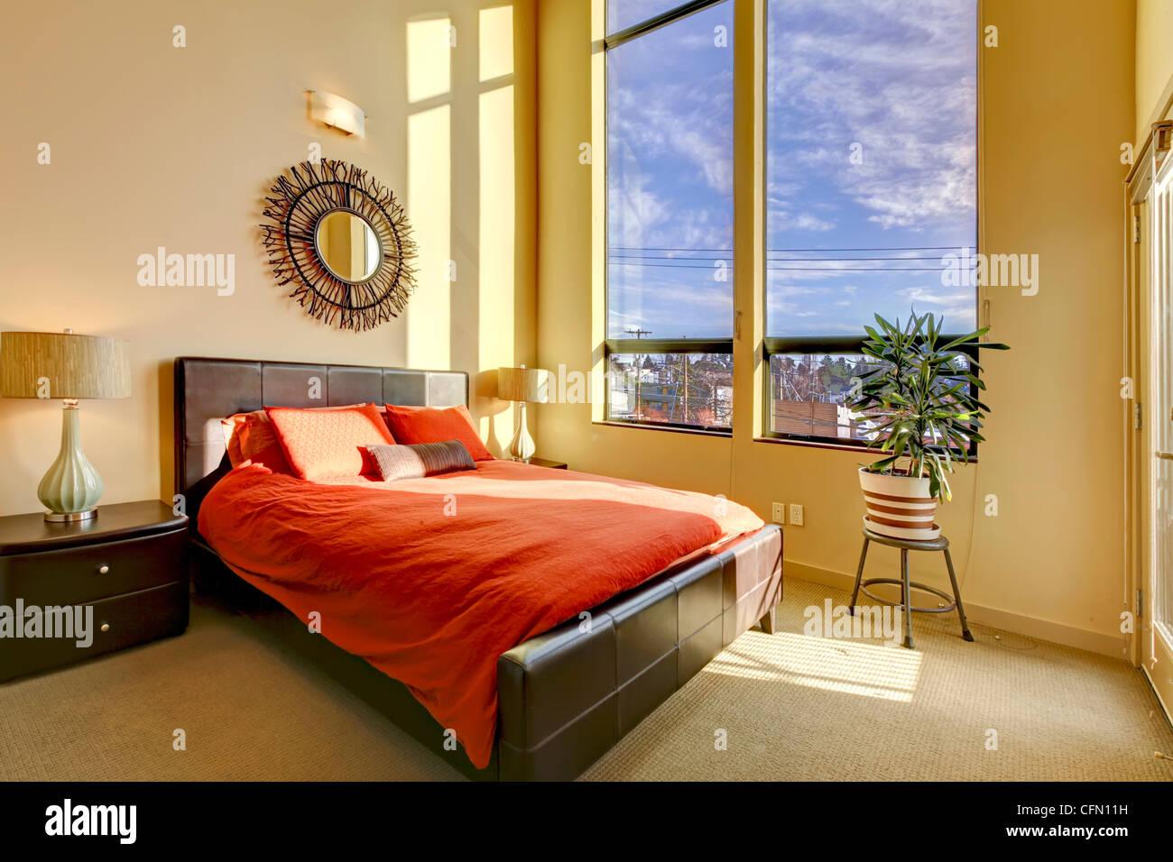 Pareti Camera Da Letto Rossa : Grande alto soffitto camera da letto con letto rosso e pareti di