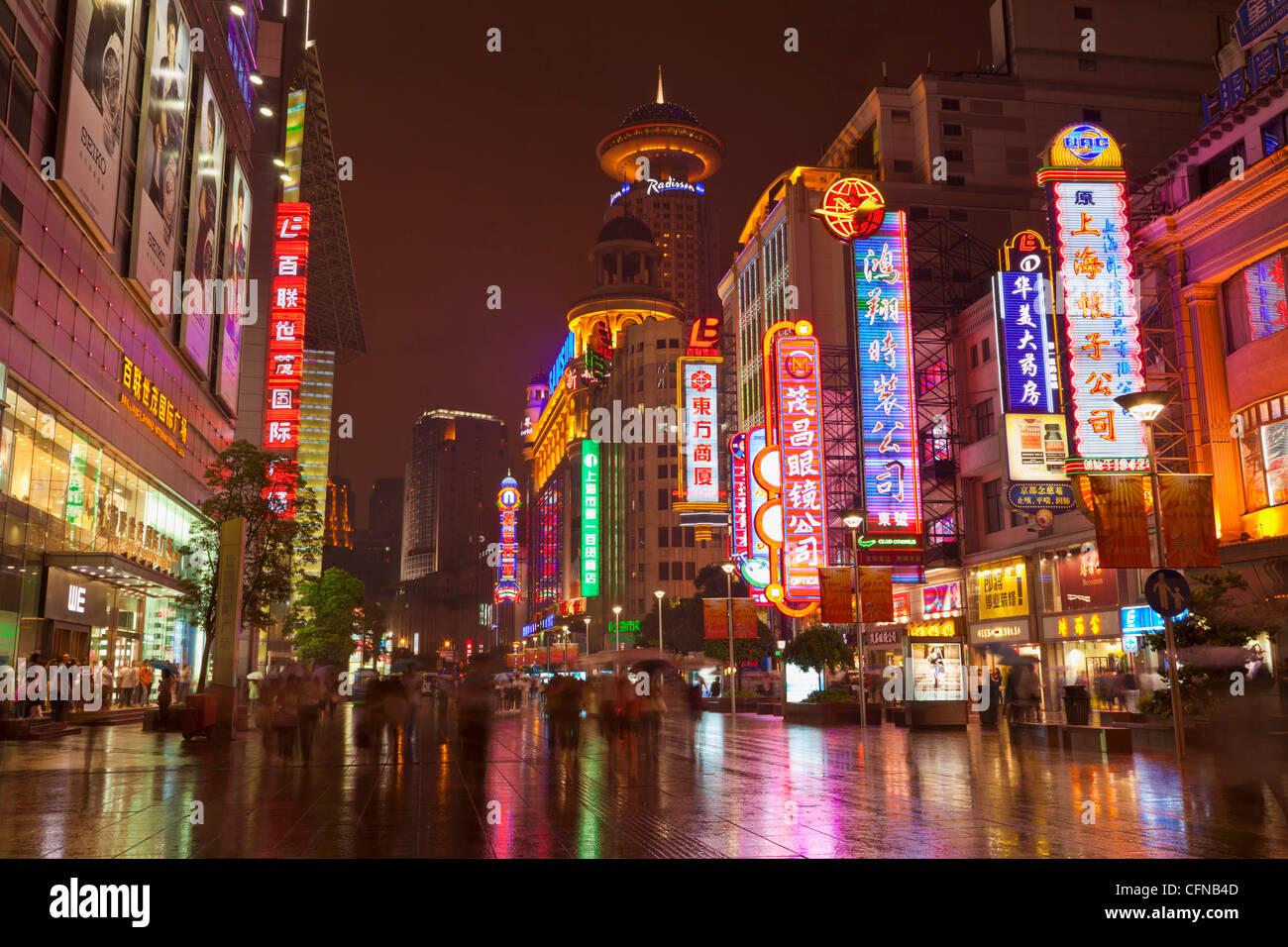 Insegne al neon e gli acquirenti, Nanjing Road, Shanghai, Cina e Asia Immagini Stock