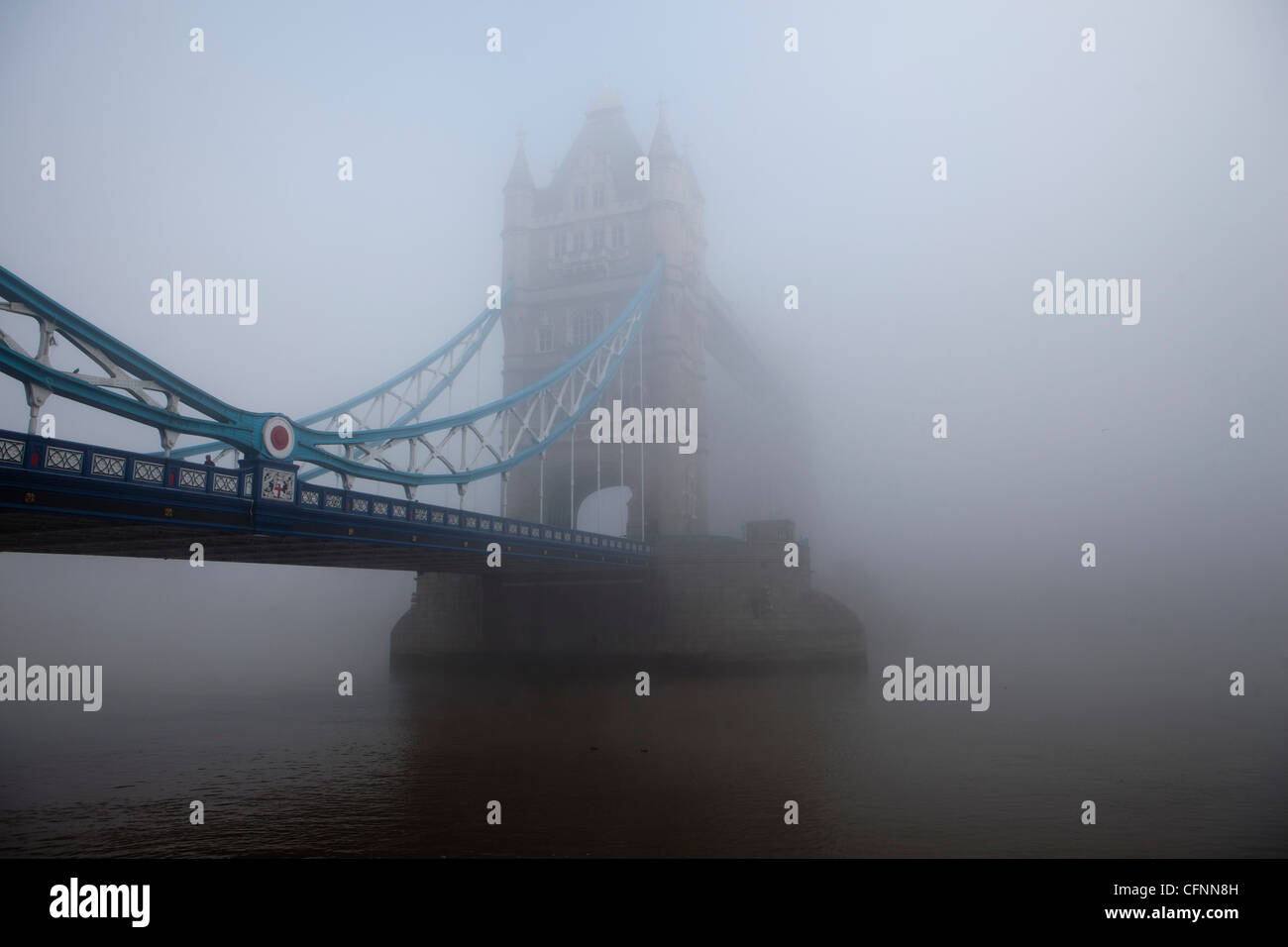 Il Tower Bridge fuoriuscente attraverso londinese di smog in un giorno di inquinamento record Immagini Stock