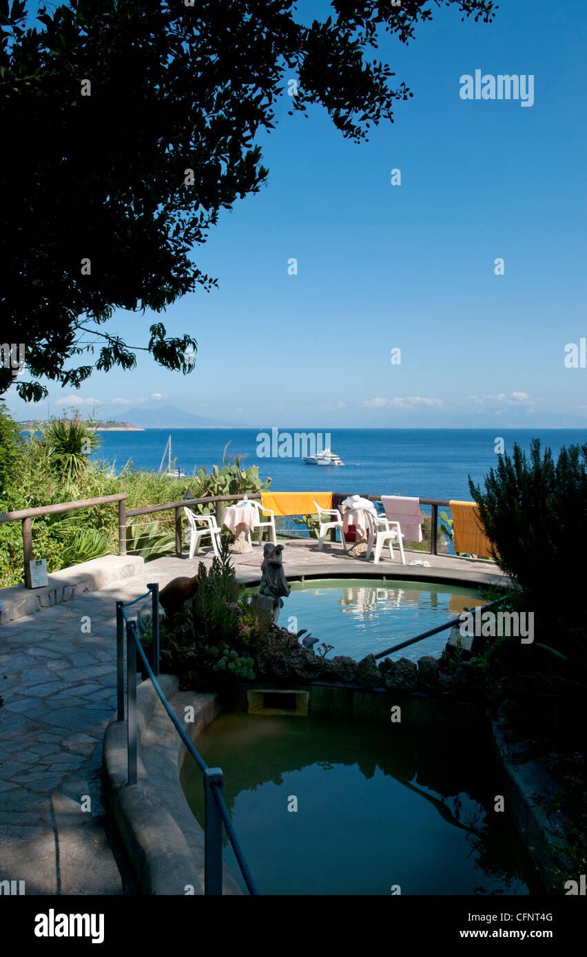 La Vista Della Baia Di Napoli Come Si Vede Dal Giardino Dell Hotel Giardino Delle Ninfe E La Fenice Sull Isola Di Ischia Italia Foto Stock Alamy