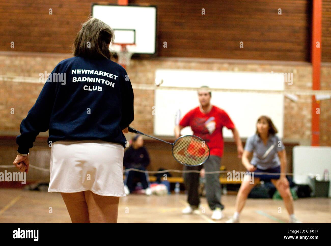Persone che giocano a badminton al loro club locale, Newmarket Suffolk REGNO UNITO Immagini Stock