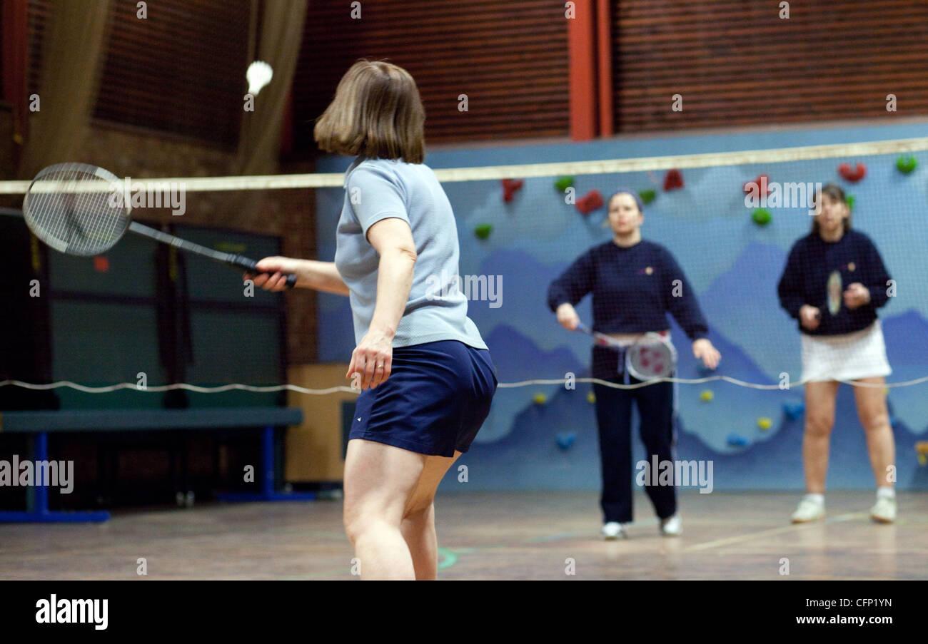 Le donne la riproduzione di badminton in interni al loro club locale, Newmarket Suffolk REGNO UNITO Immagini Stock