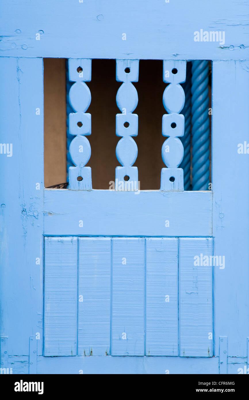 Porta blu a Taos, Nuovo Messico, Stati Uniti d'America, America del Nord Immagini Stock