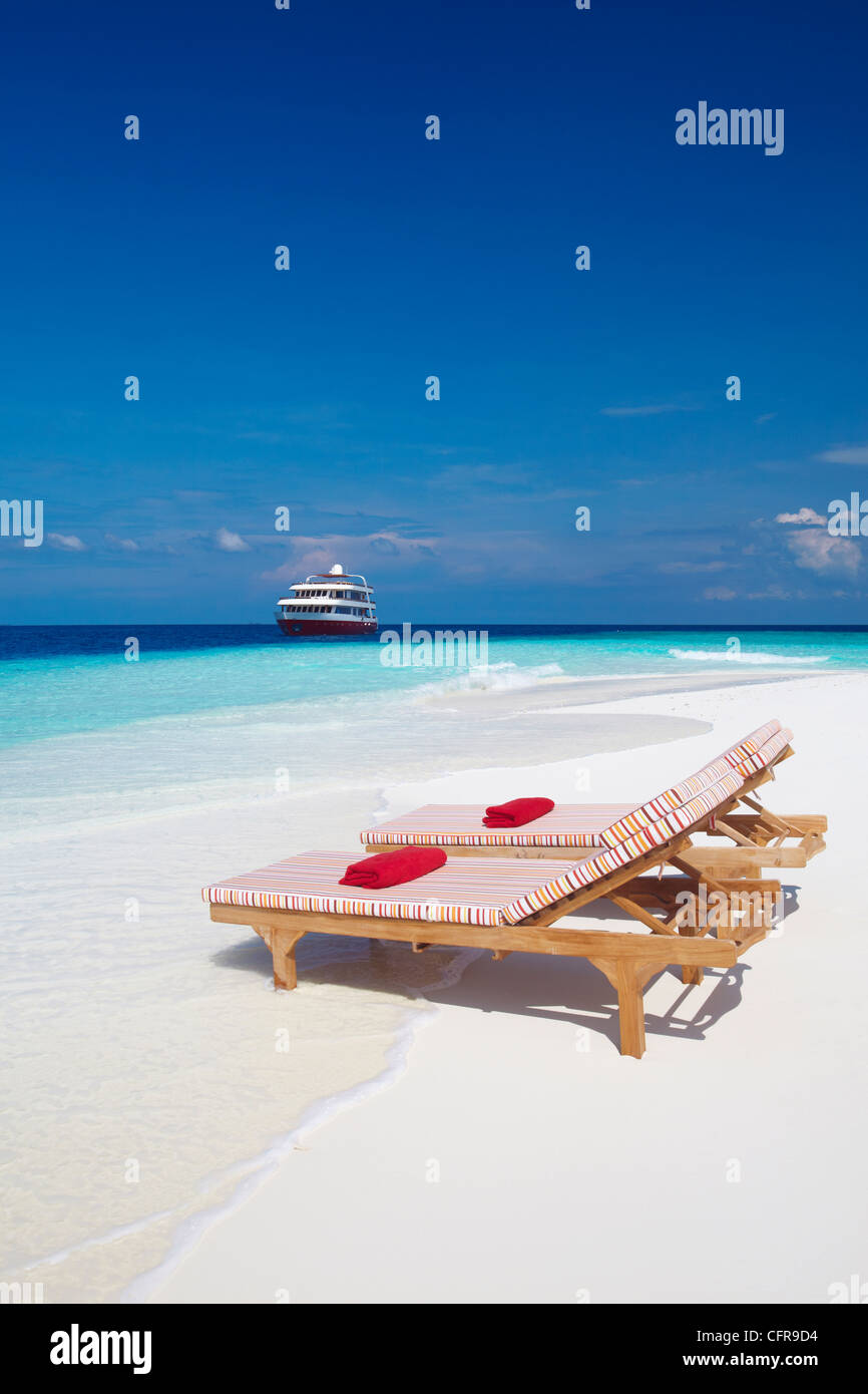 Sedie A Sdraio Per Spiaggia.Sedie A Sdraio Sulla Spiaggia E Yacht Maldive Oceano Indiano Asia