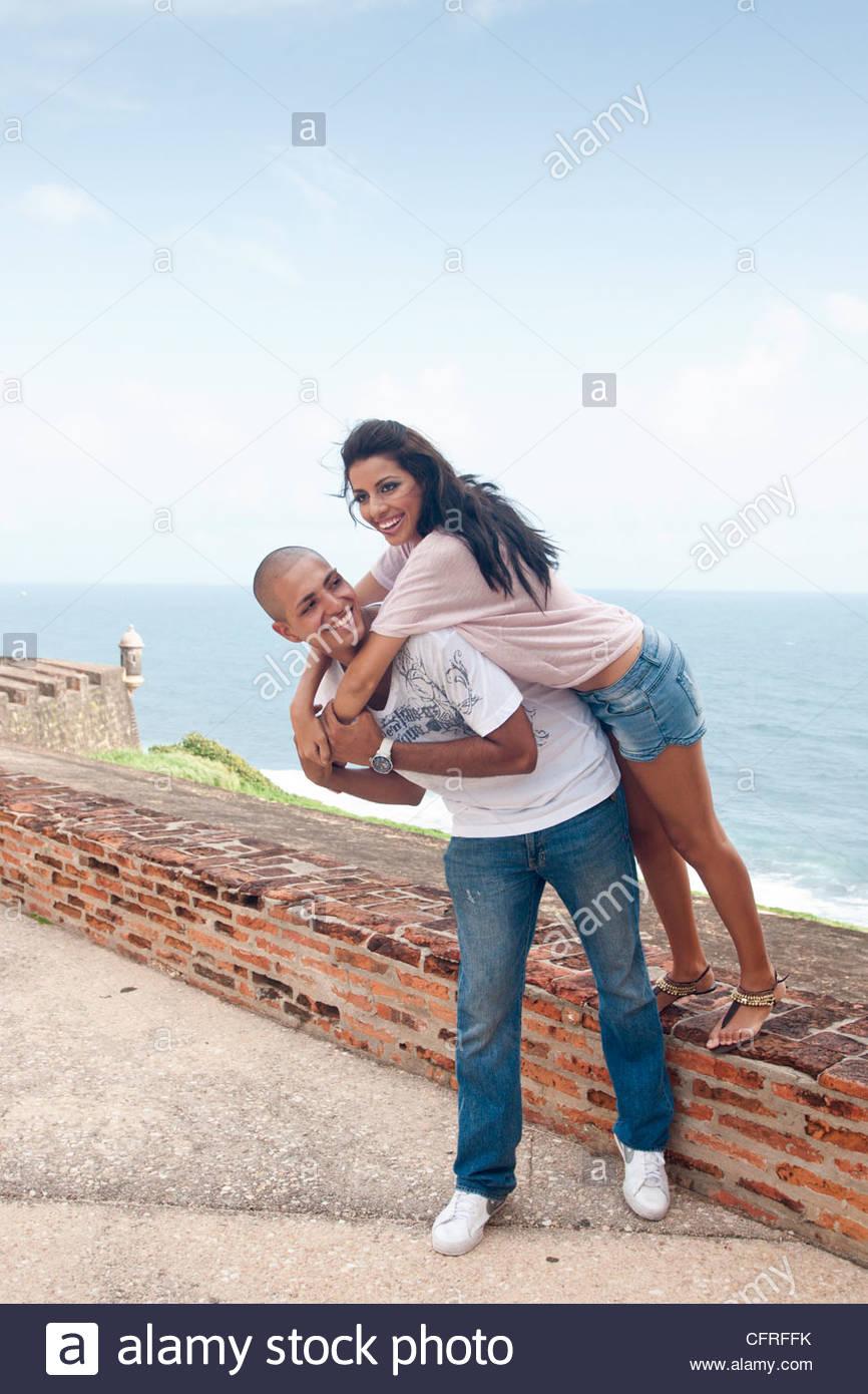 Coppia ispanica a Cristobal Castello, la Città Vecchia di San Juan, Puerto Rico, Stati Uniti d'America, Immagini Stock