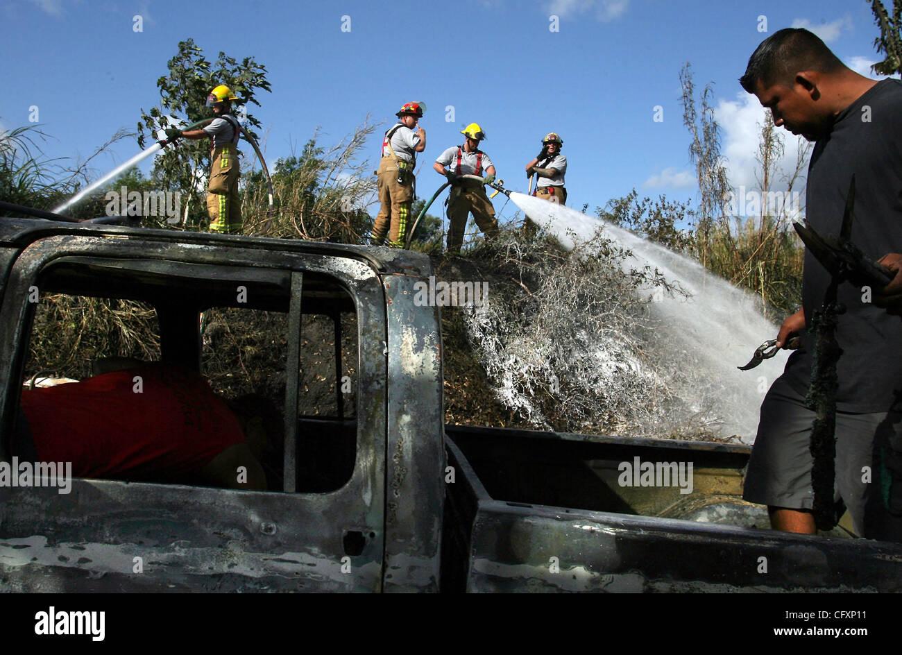 Apr 23, 2007 - Delray Beach, FL, Stati Uniti d'America - un lavoratore recupera bruciato come strumenti di Palm Immagini Stock
