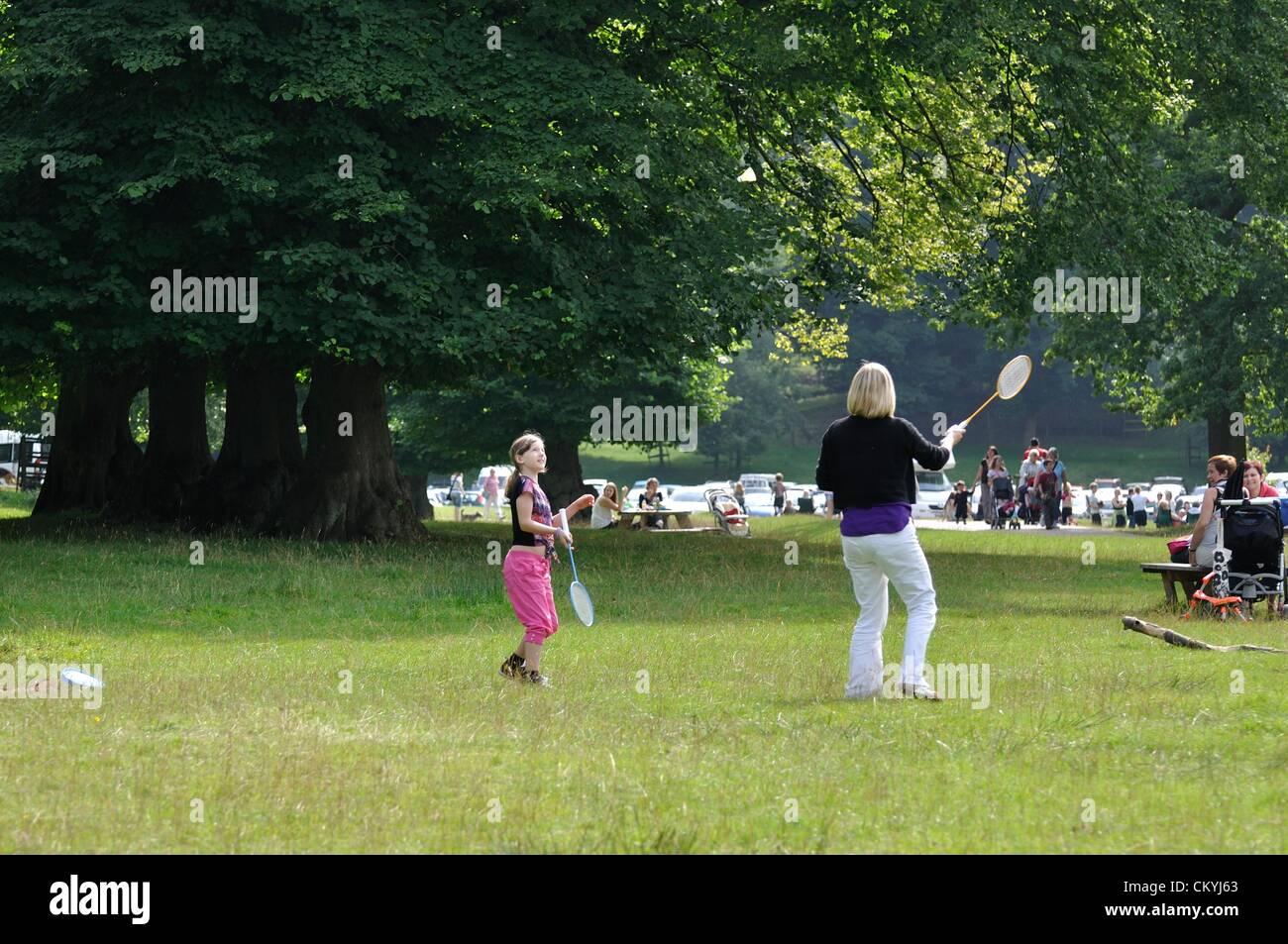 Lunedì 03/09/2012 Lyme Park, Cheshire. Donna e bambino femmina giocare a badminton sul giorno caldo e soleggiato Immagini Stock