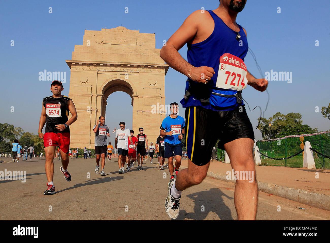 Sett. 30, 2012 - New Delhi, India - Delhi residenti partecipano in New Delhi Mezza Maratona come hanno gestito dalla famosa New Delhi landmark, l'India Gate. (Credito Immagine: © Subhash Sharma/ZUMAPRESS.com) Foto Stock