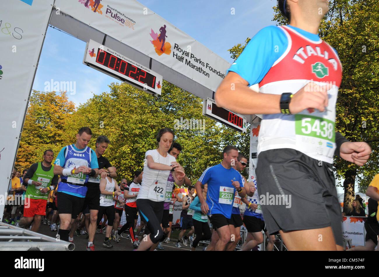 Hyde Park, London, Regno Unito. Il 7 ottobre 2012. La gara si avvia e corridori andare attraverso il cancello di Immagini Stock